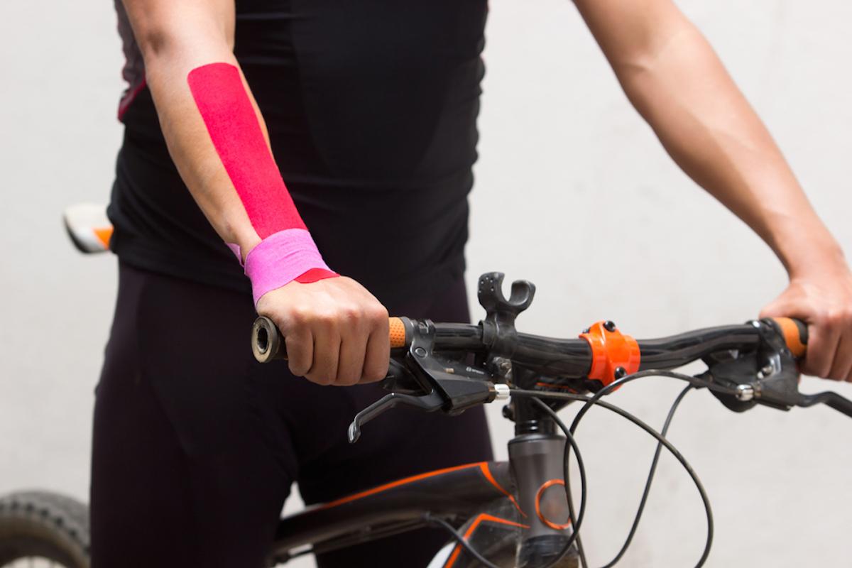 Ciclista con dolor de muñeca